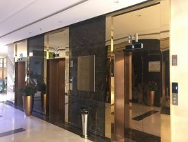 Có nên lắp đặt ốp inox cửa thang máy hay không?