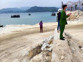 Phạt Công ty Phương Đông 100 triệu đồng vì đổ đất 'trộm' ra vịnh Bái Tử Long