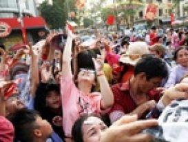 Video Nhiều người thắp hương khi đến xem rắn bò lên mộ vô danh ở Quảng Bình